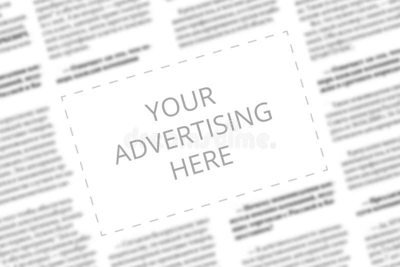 Schließen Sie oben von einem Kopienraum mit wrtitten Wörter Ihre Werbung hier auf einem unscharfen Hintergrund einer Zeitung Gesc lizenzfreies stockfoto