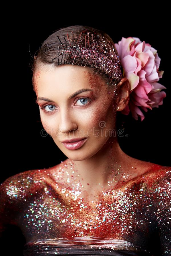 Schließen Sie oben von einem kreativen Porträt der Schönheitskörperkunst eines Mode-Modells lizenzfreie stockfotografie