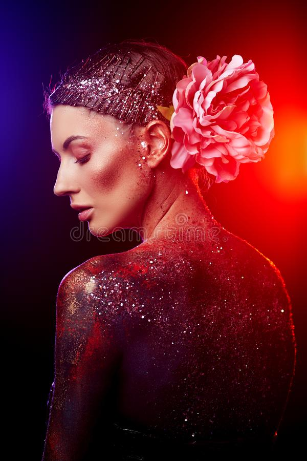 Schließen Sie oben von einem kreativen Porträt der Schönheitskörperkunst eines Mode-Modells lizenzfreie stockbilder