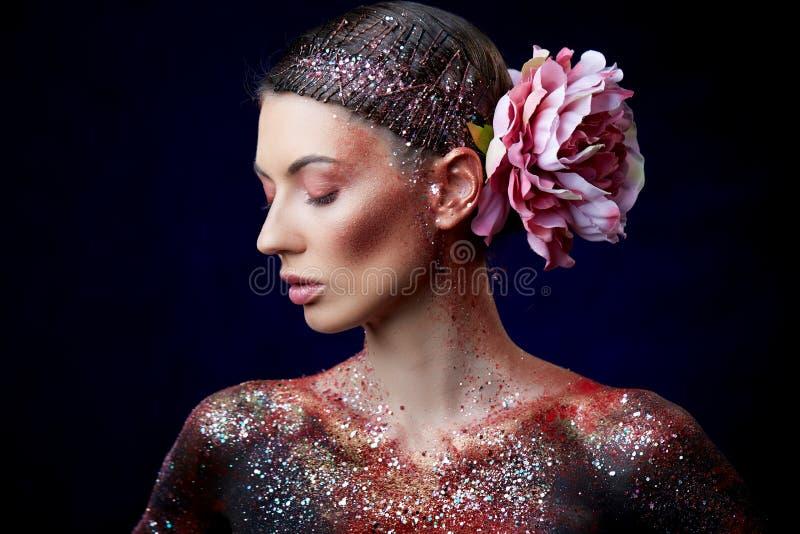 Schließen Sie oben von einem kreativen Porträt der Schönheitskörperkunst eines Mode-Modells lizenzfreies stockfoto