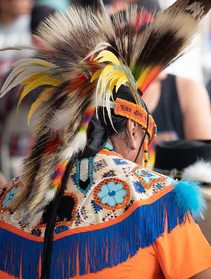 Schließen Sie oben von einem Mann des amerikanischen Ureinwohners mit buntem Schal und vom Kopfschmuck von hinten stockfotos