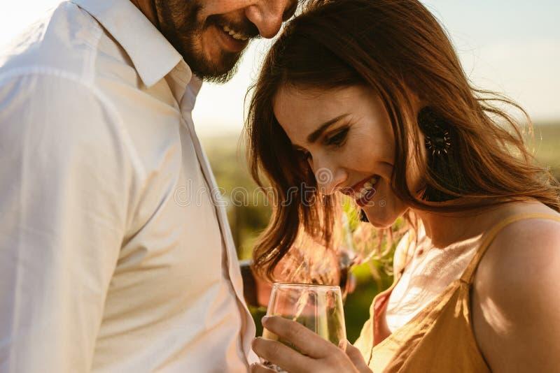 Schließen Sie oben von einem romantischen Paar auf Weindatum lizenzfreies stockbild