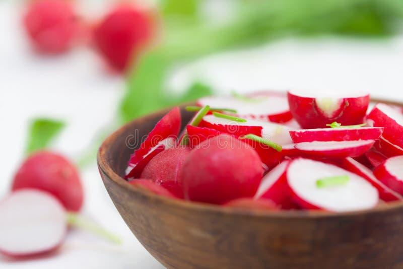 Schließen Sie oben von einem Salat des roten Rettichs in der braunen Schüssel stockbild