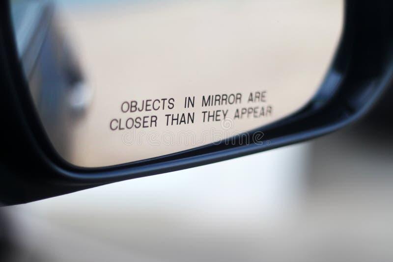 Schließen Sie oben von einem Seitenansicht mirrow eines Autos stockbilder