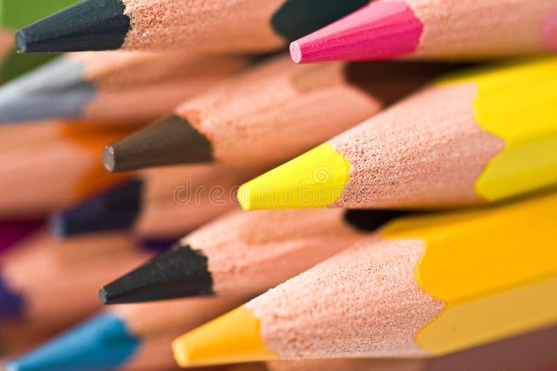 Schließen Sie oben von einem Stapel bunten Bleistiften lizenzfreies stockbild