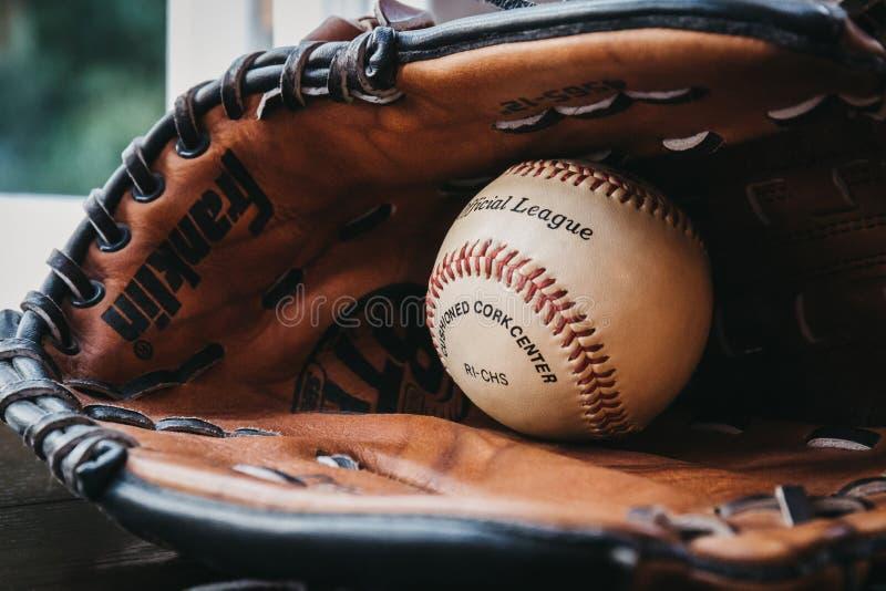 Schließen Sie oben von einem weißen Baseballball innerhalb des SonnenbräuneBaseballhandschuhs lizenzfreie stockfotografie