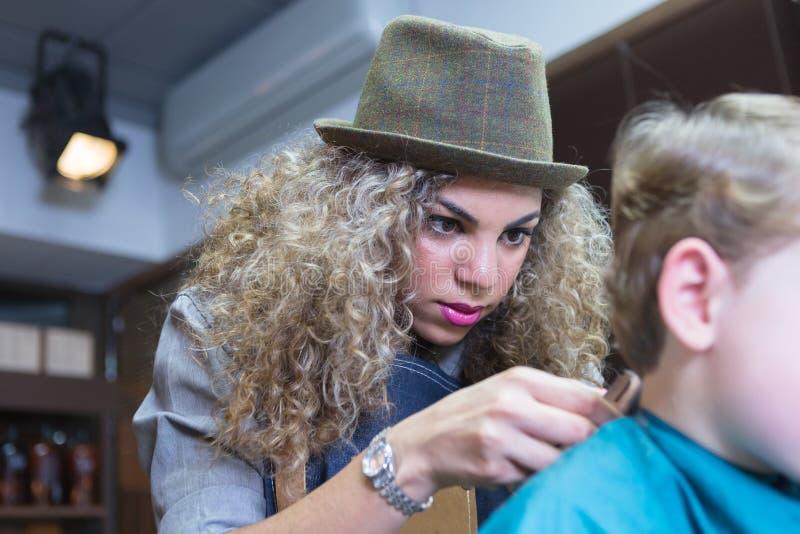 Schließen Sie oben von einem weiblichen Friseurpflegenkinderhals lizenzfreies stockfoto