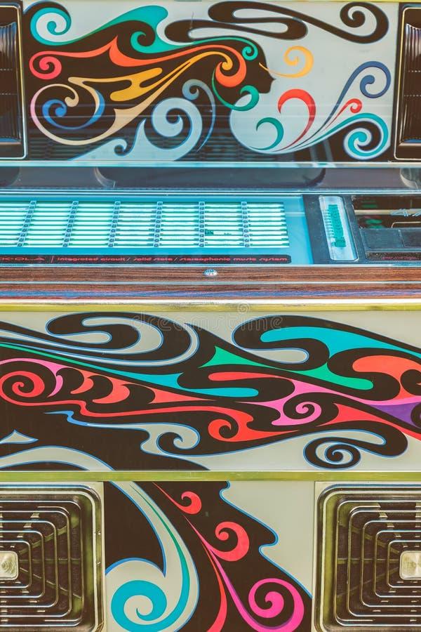 Schließen Sie oben von einem Weinleseflower power-Musikautomaten stockbilder