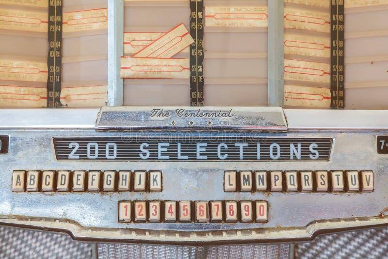 Schließen Sie oben von einem Weinlesemusikautomaten auf antike Fünfziger Jahre zu den Siebzigern stockbild