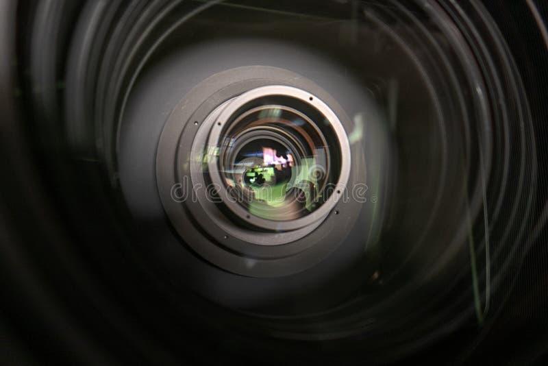 Schließen Sie oben von einer Fernsehlinse auf einem dunklen Hintergrund lizenzfreies stockfoto