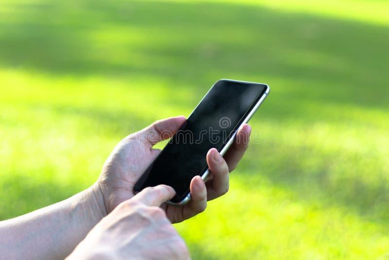 Schließen Sie oben von einer Frau, die intelligentes Mobiltelefon mit Touch Screen d verwendet lizenzfreie stockbilder