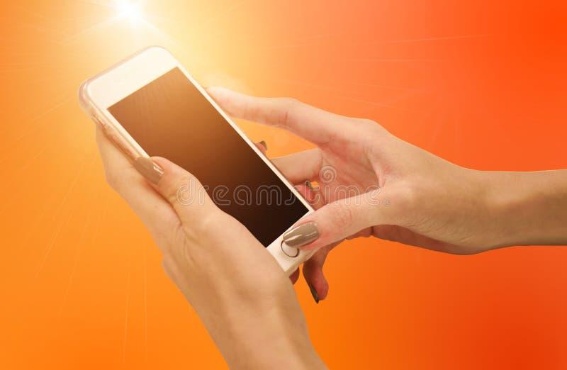 Schließen Sie oben von einer Frau, die intelligentes Mobiltelefon verwendet stockfotos