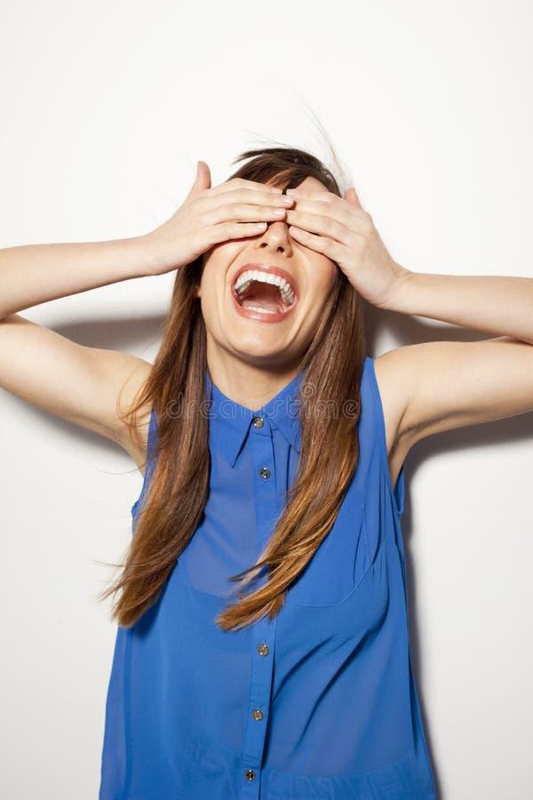 Schließen Sie oben von einer glücklichen jungen Frau, die ihre Augen abdeckt stockbilder