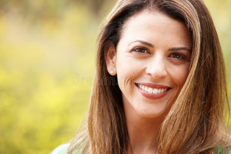 Schließen Sie oben von einer hispanischen Frau draußen lizenzfreie stockbilder