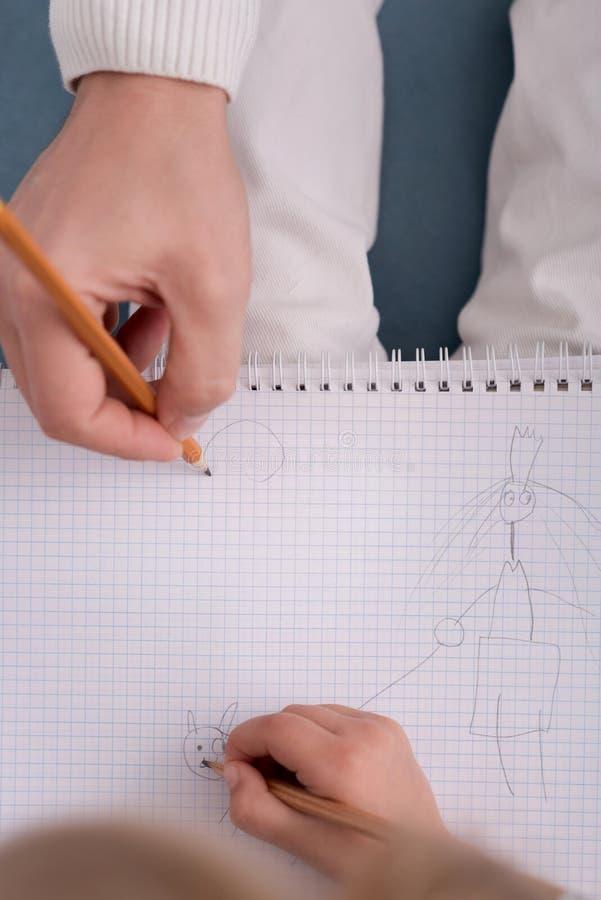 Schließen Sie oben von einer kindischen Zeichnung stockbilder