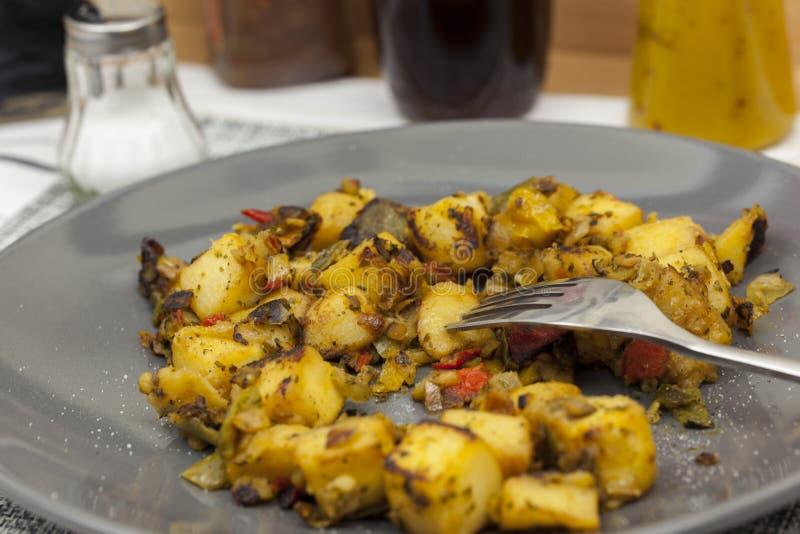 Schließen Sie oben von einer Platte des Mittelmeergemüses auf dem Abendessen ta stockfoto