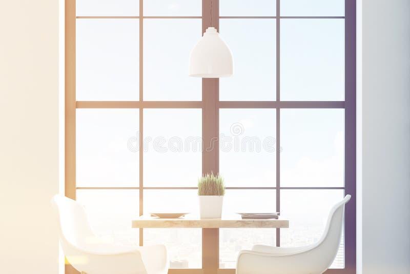 Schließen Sie oben von einer quadratischen Cafétabelle mit zwei weißen Stühlen, die nahe einem Fenster und einer hellen hölzernen stock abbildung