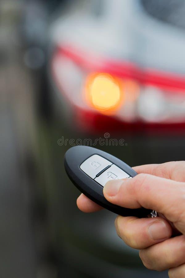 Schließen Sie oben von Fahrer-Activating Car Security-System mit Schlüsseluhrkette lizenzfreie stockfotografie
