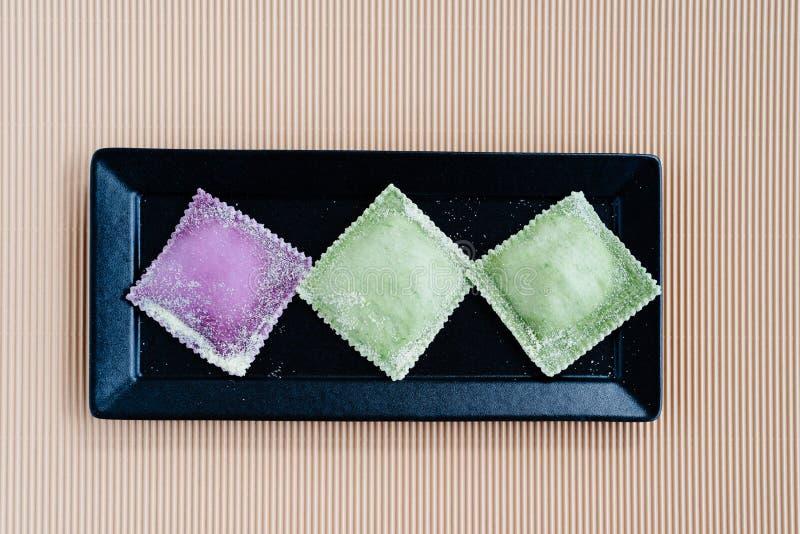 Schließen Sie oben von farbigen Raviolis lizenzfreie stockbilder