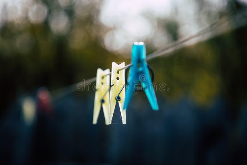Schließen Sie oben von farbigen Wäscheklammern mit Naturhintergrund lizenzfreies stockbild