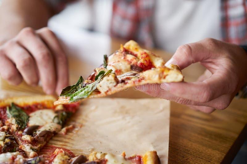 Schließen Sie oben von Fleisch fressendem eine Scheibe des authentischen Ziegelsteinofens abfeuerte Pizza stockfotografie