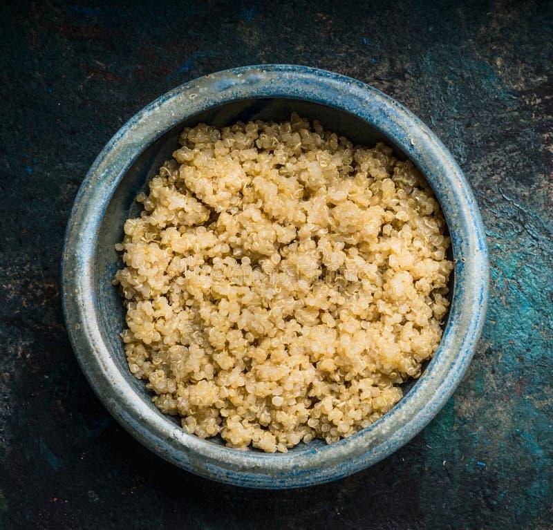 Schließen Sie oben von gekochten Quinoasamen in der rustikalen Schüssel, Draufsicht Superfood, gesunde Ernährung lizenzfreies stockfoto