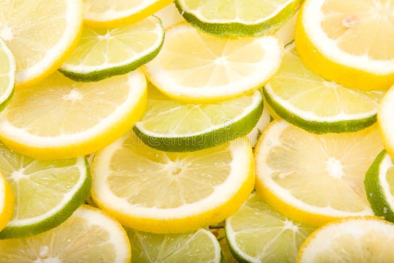 Schließen Sie oben von geschnittenen Zitronen und von Kalken lizenzfreies stockbild