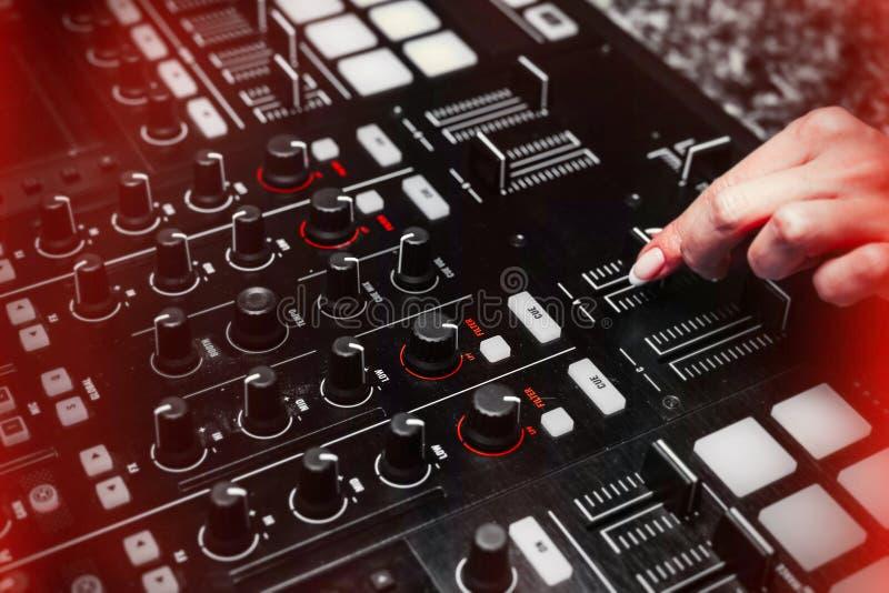Schließen Sie oben von Handzunehmendem Ton von DJ-Instrument, beweglicher Fader lizenzfreies stockbild