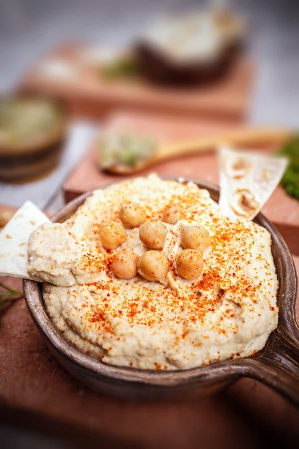 Schließen Sie oben von Hummus stockfotos