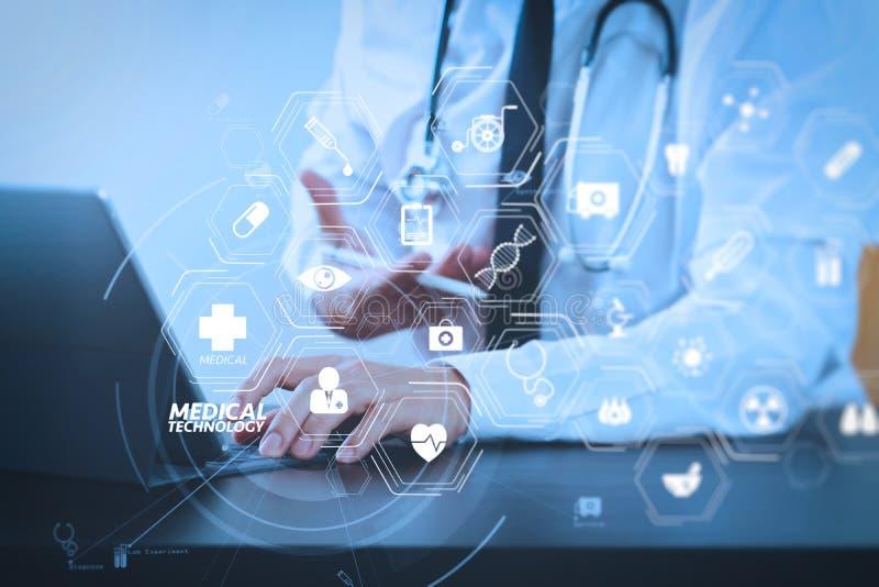 schließen Sie oben von intelligentem Arzt, der mit digitaler Tabletten-COM arbeitet lizenzfreie abbildung