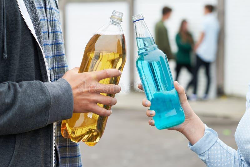 Schließen Sie oben von Jugendgruppen-trinkendem Alkohol stockbild