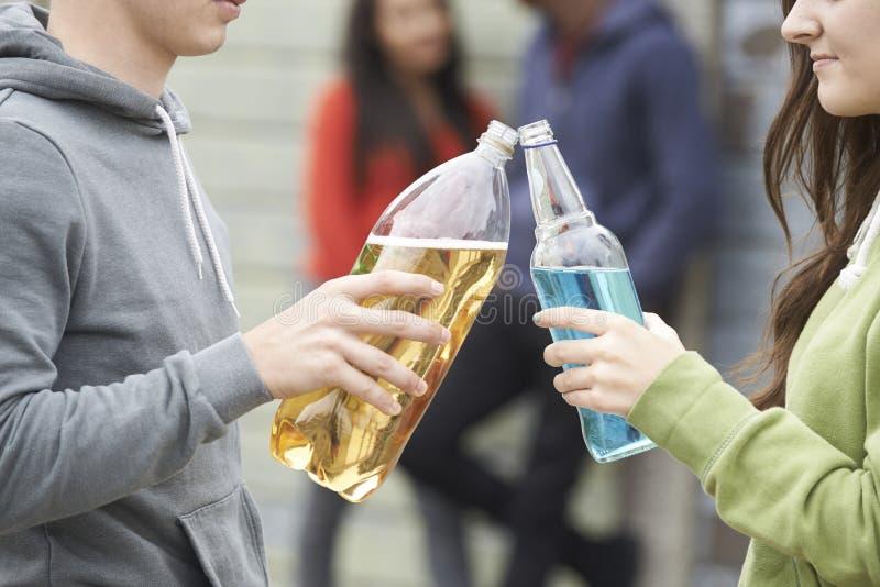 Schließen Sie oben von Jugendgruppen-trinkendem Alkohol zusammen lizenzfreies stockfoto