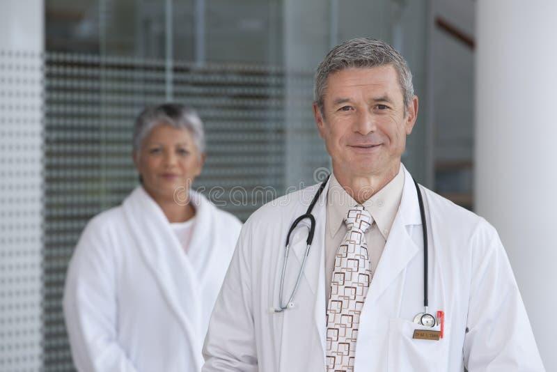Schließen Sie oben von lächelndem männlichem Doktor stockbilder