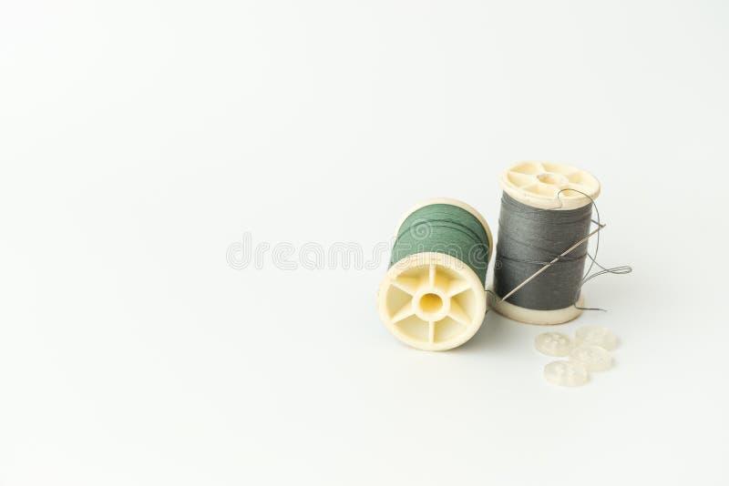 Schließen Sie oben von nähenden Einzelteilen, von der Spule des Threads, von der Nadel und vom Knopf stockbild