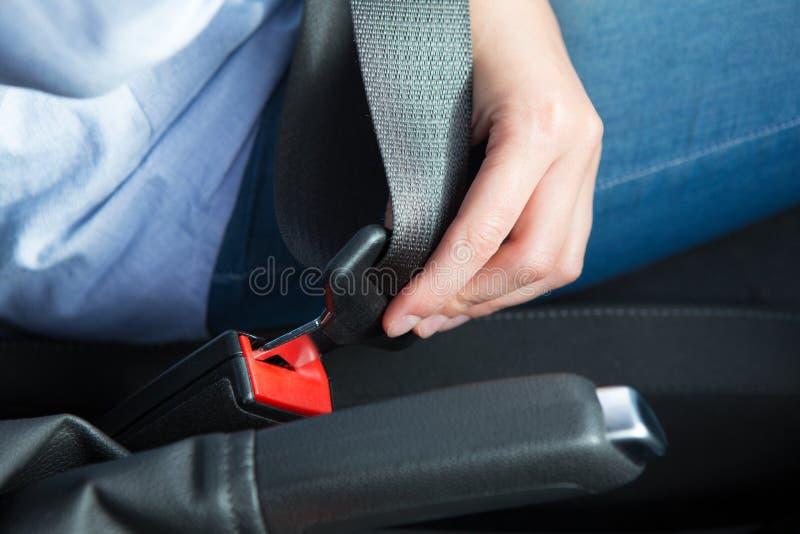 Schließen Sie oben von Person In Car Fastening Seat-Gurt lizenzfreie stockbilder