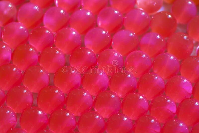 Schließen Sie oben von pinkfarbenen hydrogell Bällen lizenzfreie stockfotos