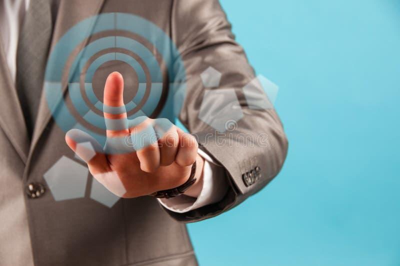 Schließen Sie oben von rührendem digitalem Schirm des Geschäftsmannes mit dem Finger lizenzfreies stockbild