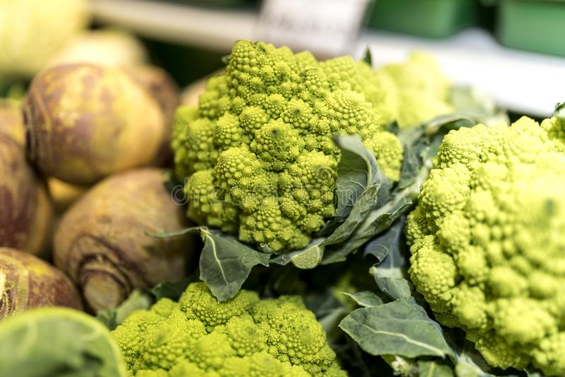 Schließen Sie oben von reifem und vibrierendem grünem Gemüse Romanesco und des Schweden stockbilder