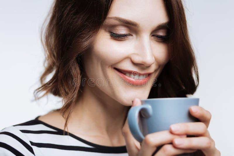 Schließen Sie oben von riechendem Kaffeearoma der Schönheit stockbilder