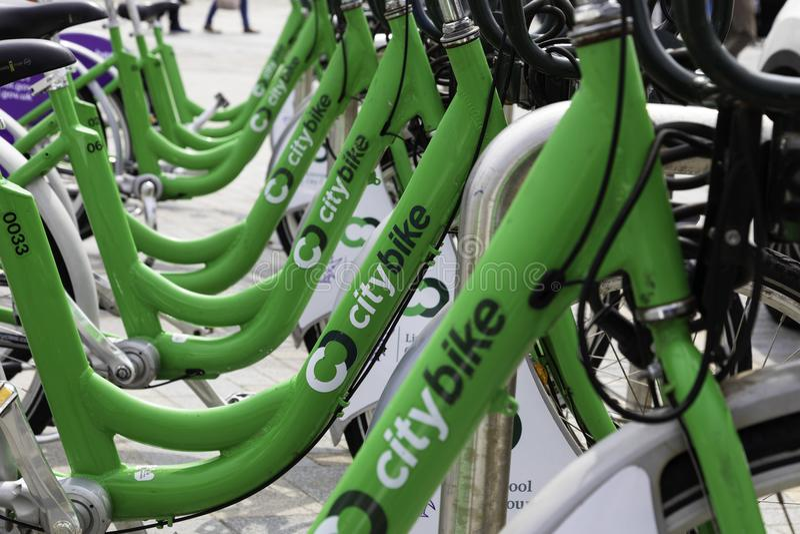 Schließen Sie oben von sechs Fahrrädern, die in den Liverpool-Stadtfahrradentwurf mit einbezogen werden stockfotografie