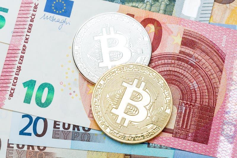 Schließen Sie oben von silbernem und goldenem Bitcoin auf Eurowährung backgroun stockbild