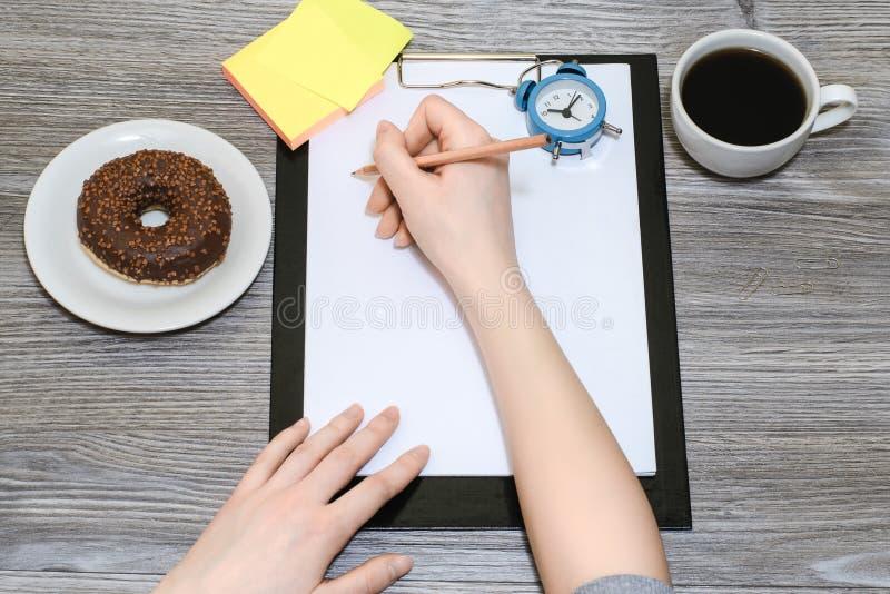 Schließen Sie oben von Student ` s Handschrift im Notizblock lizenzfreies stockfoto