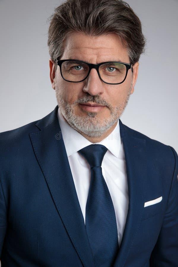 Schließen Sie oben von tragenden Gläsern eines motivierten Geschäftsmannes lizenzfreie stockfotografie