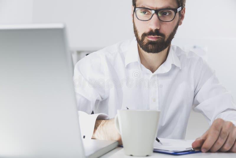 Schließen Sie oben von tragenden Gläsern eines Sekretärs stockfotografie