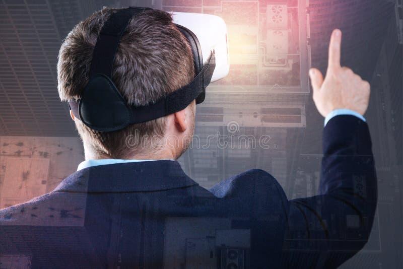 Schließen Sie oben von tragenden Schutzbrillen der virtuellen Realität des erfolgreichen Herrn stockfoto