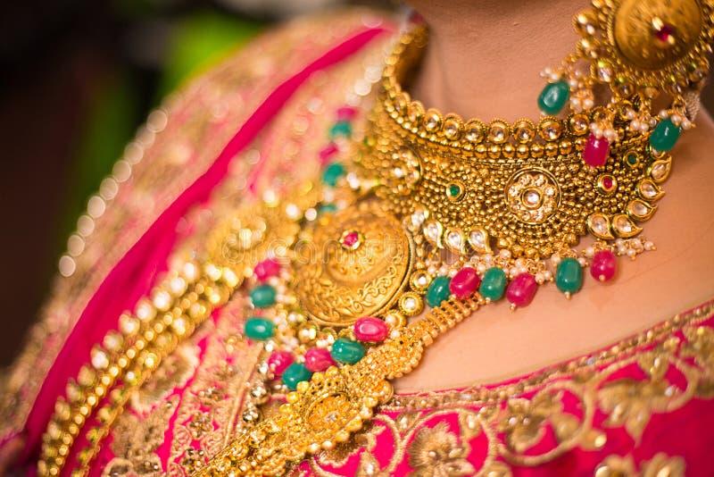 Schließen Sie oben von tragender Halskette der indischen Braut Gold stockfoto
