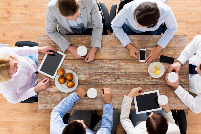 Schließen Sie oben von trinkendem Kaffee des Geschäftsteams auf dem Mittagessen stockbild