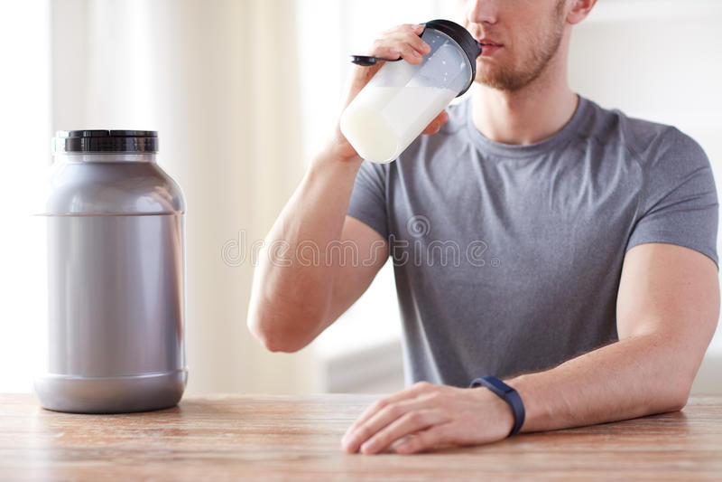Schließen Sie oben von trinkendem Proteindrink des Mannes stockbild