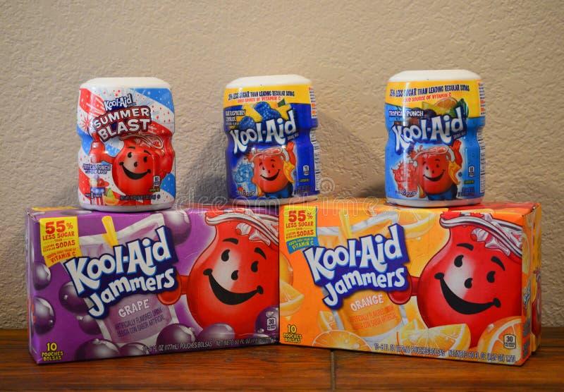 Schließen Sie oben von 2 tropischer Durchschlags-und 1 blauer Himbeerlimonade, von 1 Traube und von 1 orange Kool-Hilfsgetränkpul lizenzfreies stockbild