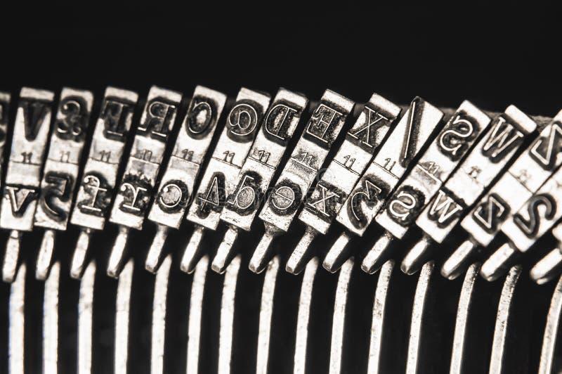 Schließen Sie oben von Typenhämmer auf alter mechanischer Schreibmaschine lizenzfreie stockfotos